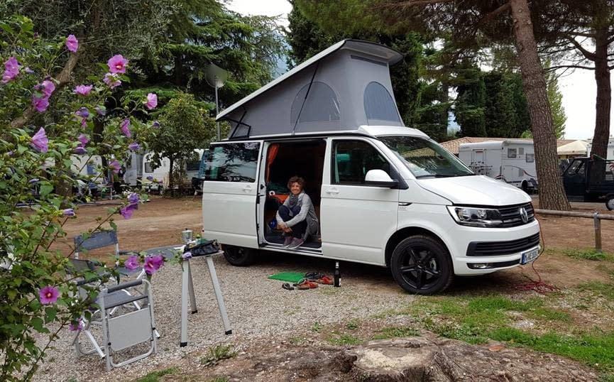 Reisefoto einer zufriedenen Kundin mit WSR Reisemobil / Camper / Caravan auf Basis des Volkswagen Transporter der 6. Generation