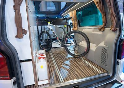 Fahrrad im Kofferraum des VW Camper Reisemobil Caravan von WSR Reisemobile