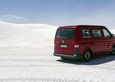 VW T5 Camper auf weißem Sand